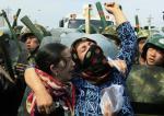 Des manifestants face aux policiers à Urumqi, le 7 juillet 2009-David Gray-Reuters